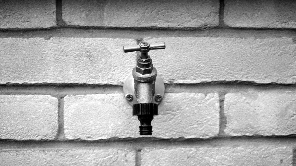 Wasserhahn am Haus