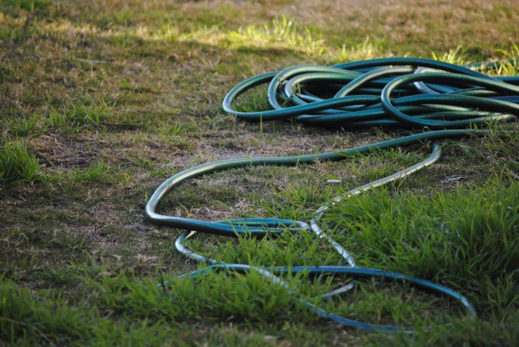 Gartenschlauch auf Rasen
